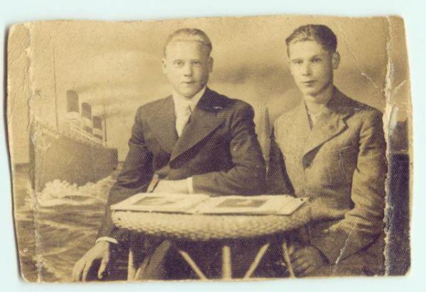 fot.z 1932r po prawej Piotr Nowotny  ur.w Pińsku w 1914r.ze swoim serdecznym kolegą.