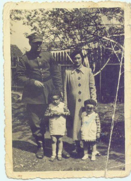 rok 1939. Pińsk .Wiesia i Marysia z Rodzicami.Rodzice to Anna i Michał Stalski.Powołany do wojska nigdy do Polski nie wrócił.