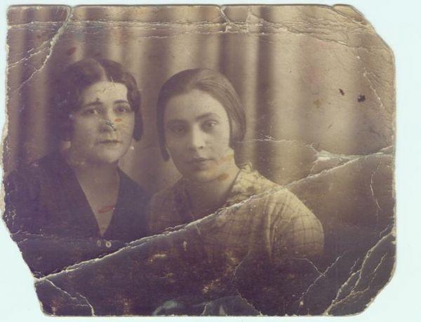 Pińsk 32r. Po prawej ,w jasnej bluzce/Ludmiła Kamińska z d.Piotrowska ur.w 1896r w Pińsku. z Przyjaciółką.