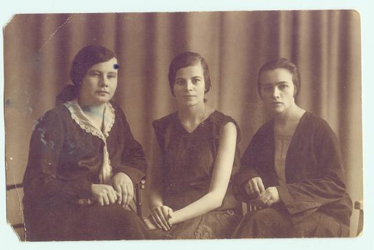 Pińsk 1925rPierwsza  od prawej=z krótkimi włosami to Helena Nowotna ur.w 1898rw Pińsku/ma bluzkę z dekoltem w szpic iz szerokimi rękawami przy dłoniach.