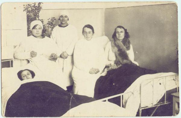 Pińsk r.1913-14,sala szpitalna.W białym fartuchu stoi moja 16-letnia wówczas Ciocia Helena Nowotna,która w szpitalu miała praktyki i kurs pielęgniarek PCK.W okresie międzywojennym pracowała w Pińskim szpitali.