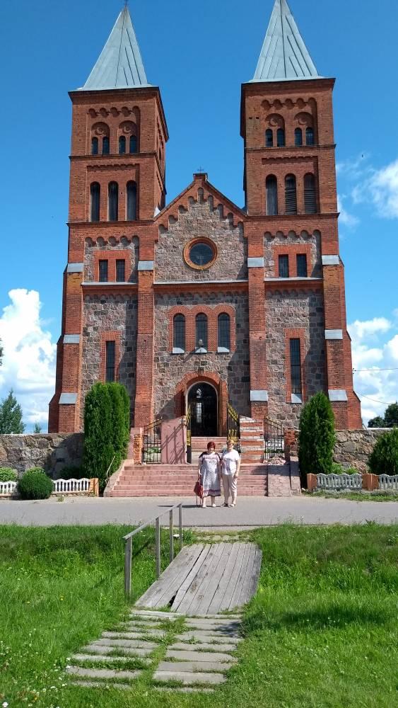 Przed kościołem w Ikaźni