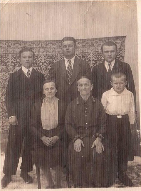Луковская Мария Иосифовна с матерью, мужем и сыновьями