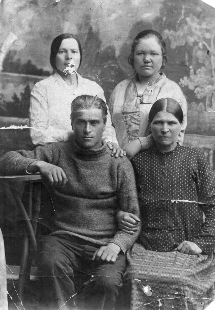 Верхний ряд слева на право: моя мама - Гудыно Елизавета Сидоровна, вторую не знаю;нижний ряд слева на право: мой дядя - Гудыно Иосиф Корнеевич, моя тётя -Новикова (Гудыно в девич.)Анна Корнеевна