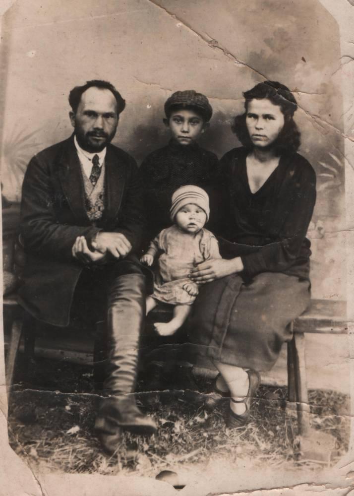 Степан Гаврилович Сотников жена Нина Евстафьевна Сотникова (Зубкова) дети Зоя и Костя