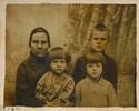 Babcia Marianna Tatol zd. Młyńska (1889 -1949), trzyma na kolanach córkę Gienię, moją mamę, obok stoi Marianna Tatolówna (Wiszniewska) i brat mamy Józef Tatol. Mieszkali w Wilnie przy ulicy Stromej obecnie Rotundo, dom zachował się do dnia dzisiejszego. Jest to najstarsza fotografia rodziny mamy z Wilna.