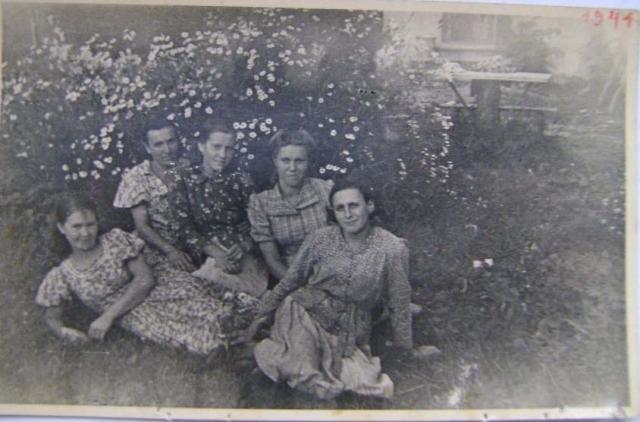 W środku Genowefa Tatol. Data może wskazywać, że fotografia jest zrobiona w czasie robót przymusowych na Łotwie.