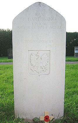 http://www.polishwargraves.nl/brit/4015.htm , http://www.twgpp.org/information.php?id=1037371<br><br>BARTOSZKO Czesław<br><br>Rank – kan. (kanonier)<br><br>Born - 20.7.1921 Wilno <br><br>Unit - 1. Pol.Dyw.Panc.<br><br>Regiment - 1. P.A.Mot. (1. Pułk Artylerii Motorowej)<br><br>Date of death - 15.7.1944<br><br>Today buried - in Cayton Cemetery, Yorkshire, Great Britain<br><br>Grave - West Section E, grave 34.<br><br>Św.P. Czesław był synem Ignacego i Heleny Bartoszko z d. Młyńskiej, adres domowy : Wilno ul. Zakretowa 15. Helena była rodzoną siostrą mojej babci Marianny z Młyńskich Tatolowej. Po wypędzeniu z Wilna ciocia Helena mieszkała w Gdańsku, pamiętam z lat dziecinnych jej przyjazdy do Kętrzyna. Moja mama urodzona w 1922 roku była nieomal rówieśnicą Czesława, często go wspominała.