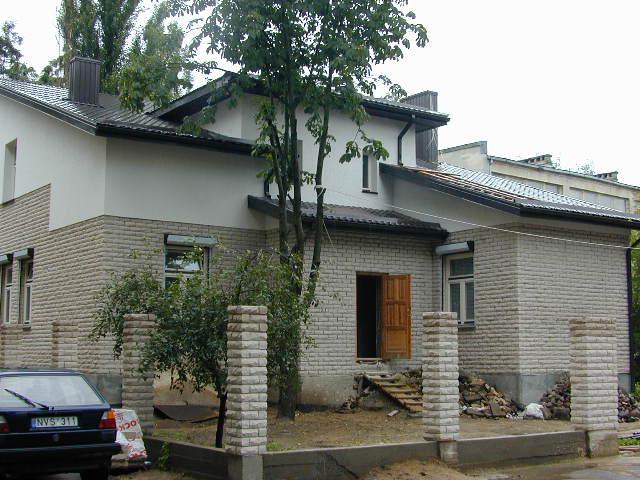 Vilnius, g. Rotundo 5A. Remont domu mojego dziadka. Do jesieni 1945 r. mieszkali w tym domku Mateusz i Marianna Tatolowie z dziećmi. Polski adres : Wilno, ul.Stroma 5A.