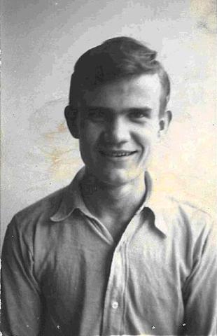 Józef Tatol, brat mojej mamy, pracował w zakładzie fotograficznym jako uczeń zawodu. Urodzony w Wilnie , w 1916 r.
