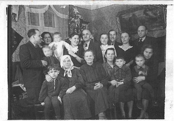 Spotkanie rodzinne Karolina siedzi  obejmując wnuka .
