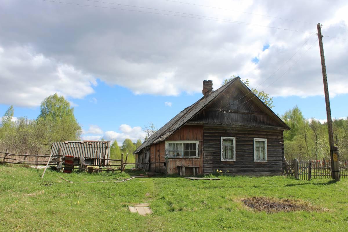 Один из нескольких жилых домов.