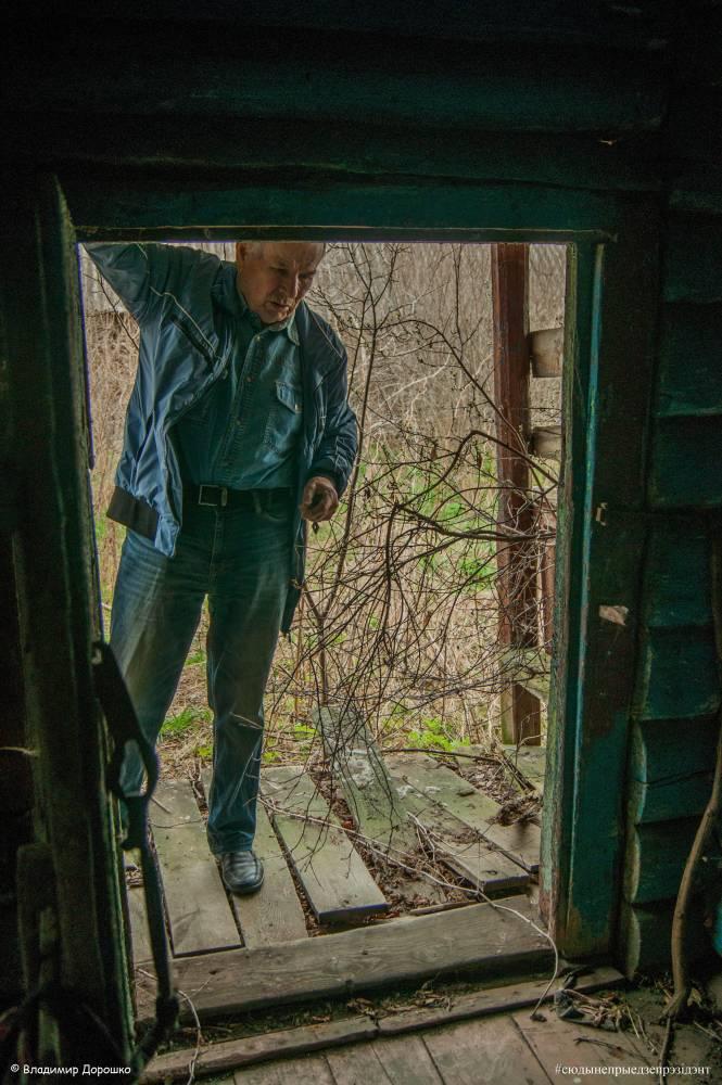 Дзед распавядае пра дом, пра тое, як ён тут выхоўваўся. Сеніцы ўнутры - блакітныя, ці сінія, цяжка казаць. <br>Справа ў кутке - палка. Я мяркаваў, што мабыць прабабуля выкарыстоўвала яе як тросць. <br>Пытанне засталося без адказу.
