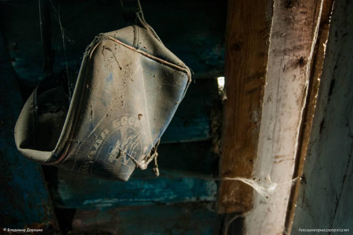 Злева ад дзвярэй - старая спартыўная сумка. Надпіс