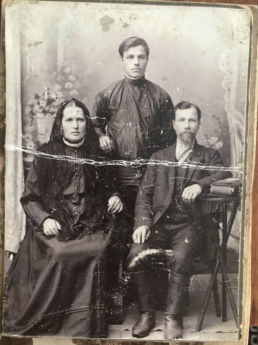 Это мои прапрадед Иосиф Корзун, прапрабабушка Мария и их сын Константин из деревни Жареньково
