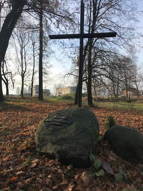 Магіла пана Вацлава Свінтаржэцкага ў паўднёвай часцы парку каля маёнтку ў Яхімоўшчыне