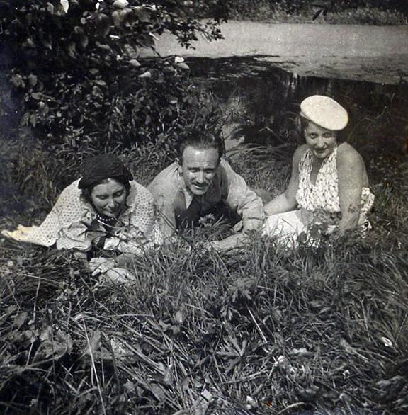 Olga, Leon i Irma (żona Leona) Laskowscy nad stawem w Laskowie
