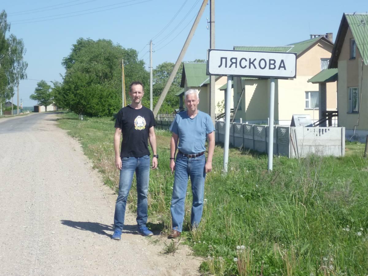 Otton i Kazimierz Laskowscy przed wjazdem do Laskowa