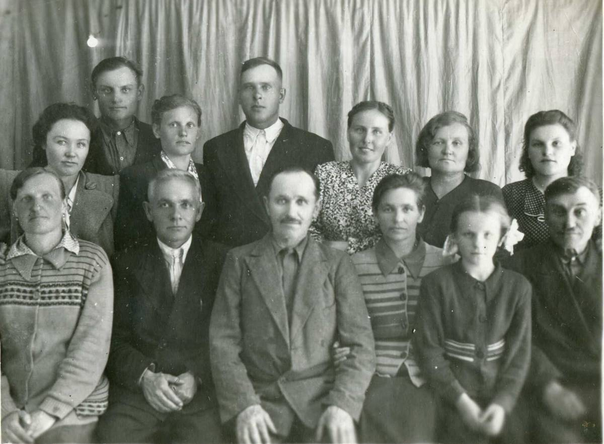 Голубевы: слева направо в первом ряду - второй - Иван Филимонович Голубев, третий - Андрей Филимонович Голубев, четвертая - Анна Филимоновна Голубева (Иванова), ее дочь Нонна