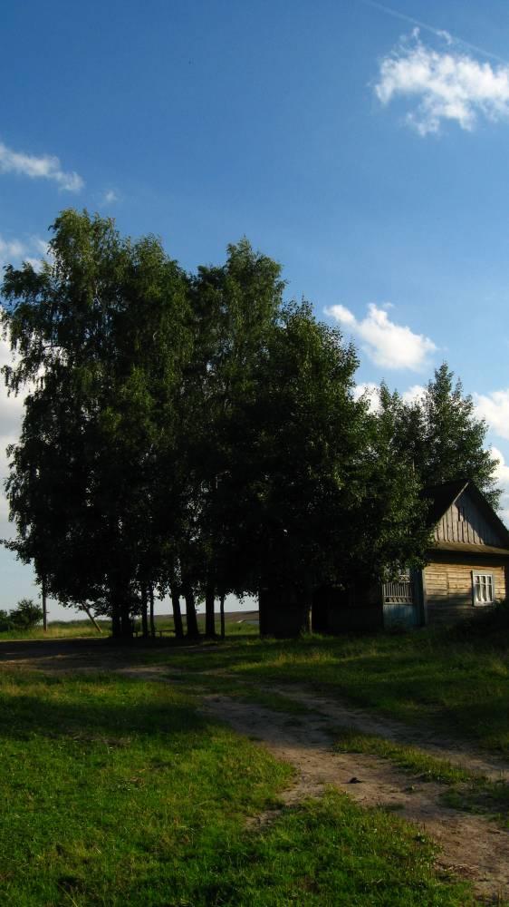 Дом на месте усадьбы помещика Девчупольского.Дом построен в 1920-е гг. для семьи Юзефы Матчет. Примерно в 1950-е гг. половина дом советскими властями была переделана под административную часть для руководства колхозом. Эту официальную половину местные называли