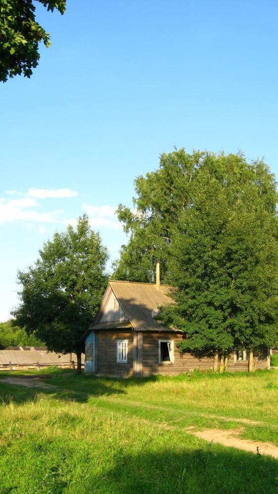 Дом на месте усадьбы помещика Девчупольского. Дом построен в 1920-е гг. для семьи Юзефы Матчет. Примерно в 1950-е гг. половина дом советскими властями была переделана под административную часть для руководства колхозом. Эту официальную половину местные называли