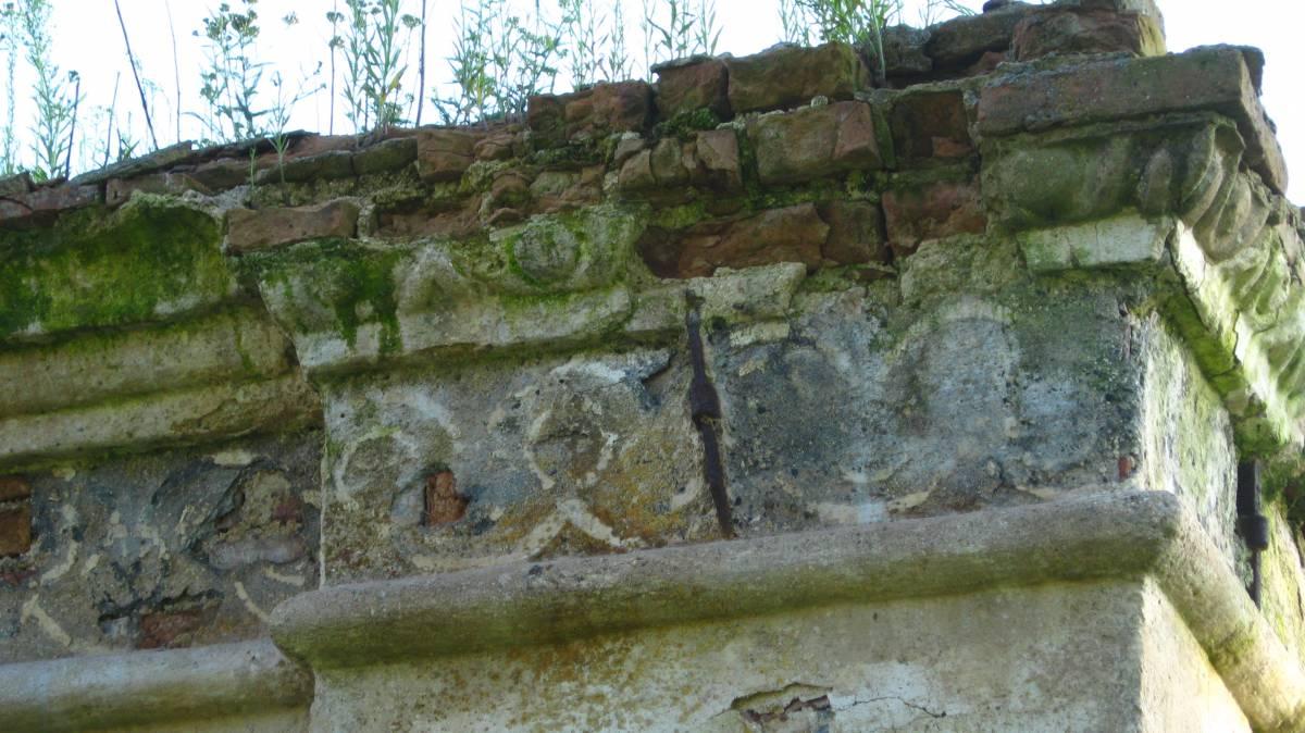 Полуразрушенное кирпичное здание времен помещика Девчупольского на месте его исчезнувшей усадьбы.