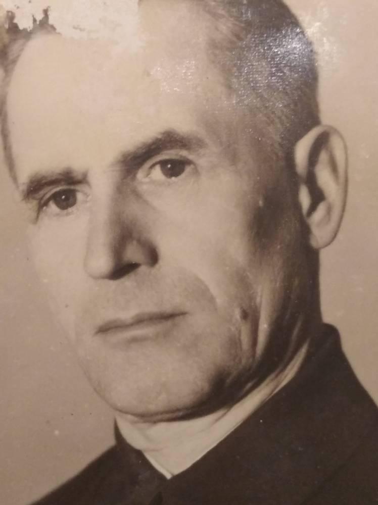 Мой дед - Далецкий Александр Алексеевич, после ВМВ - окончил педучилище и проработал учителем и директором в д.Любовин