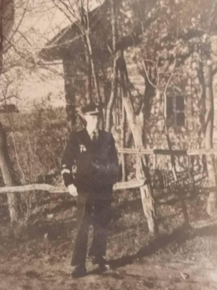 Далецкий Анатолий Александрович- мой дядька- на фоне семейного дома в д.Любовин