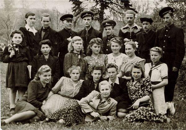 1. Koleżanki i koledzy najprawdopodobniej z czasu jak Janina Bublewicz pracowała w Wilnie na Poczcie (Janina siedzi w pierwszym rzędzie jako pierwsza od strony prawej).