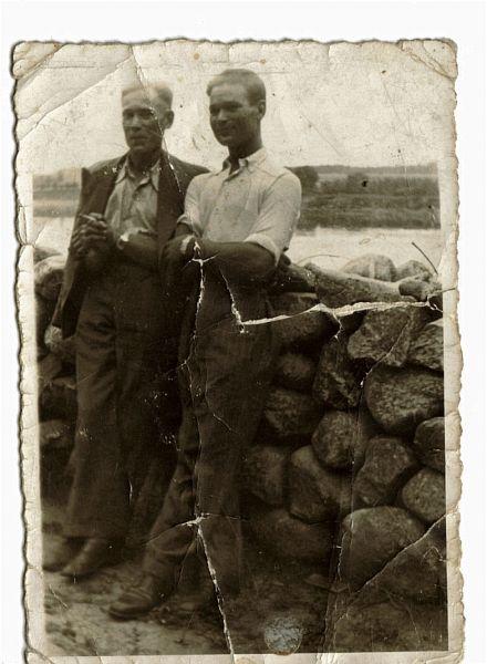 4. Wincenty Bublewicz (z prawej - syn Józefa i Konstancji) z kolegą Bronisławem Jankowskim z czasu wspólnej pracy w Turgielach.