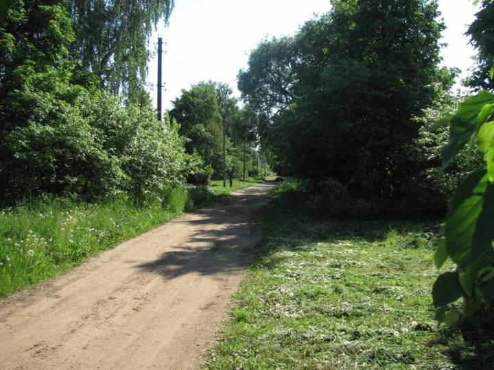 Центр деревни. В эту сторону  дорога соединяет с д. Александров и Сутоки Чауского района.