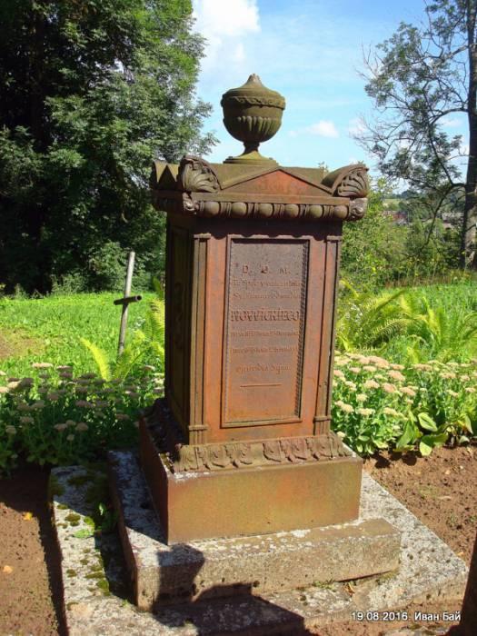 Памятник на католическом кладбище