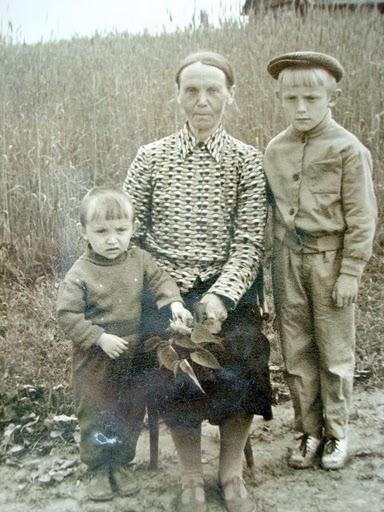 Франтишка Ничипорук(Рынкевич) с внуками