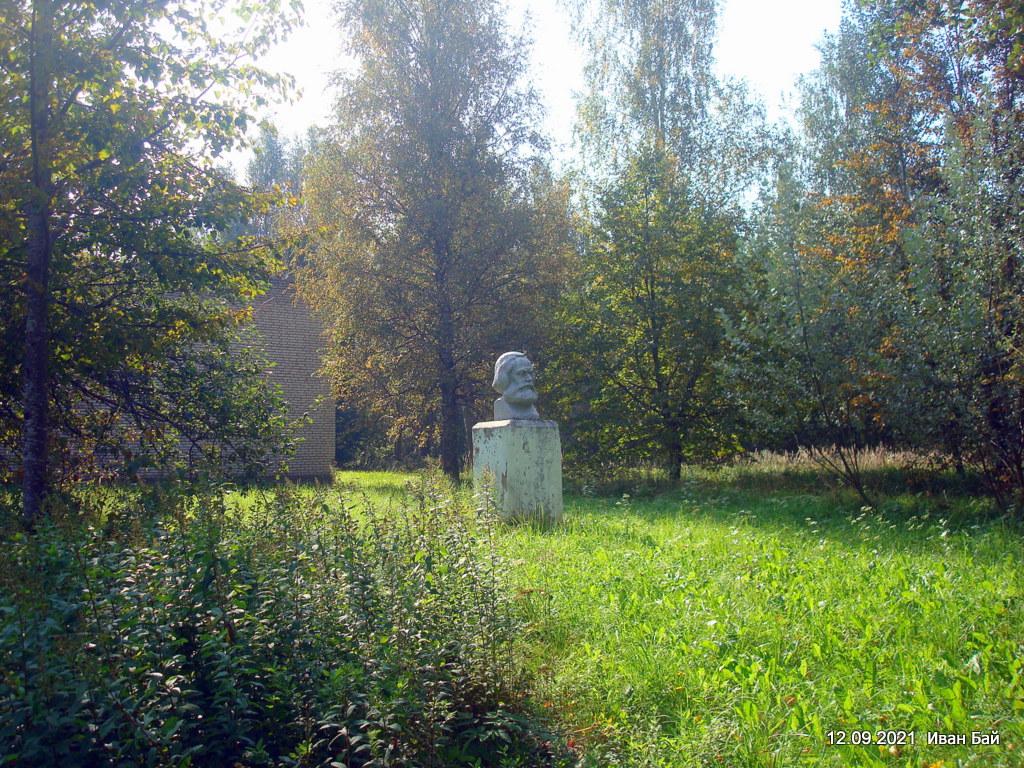 Памятник К. Марксу в деревне