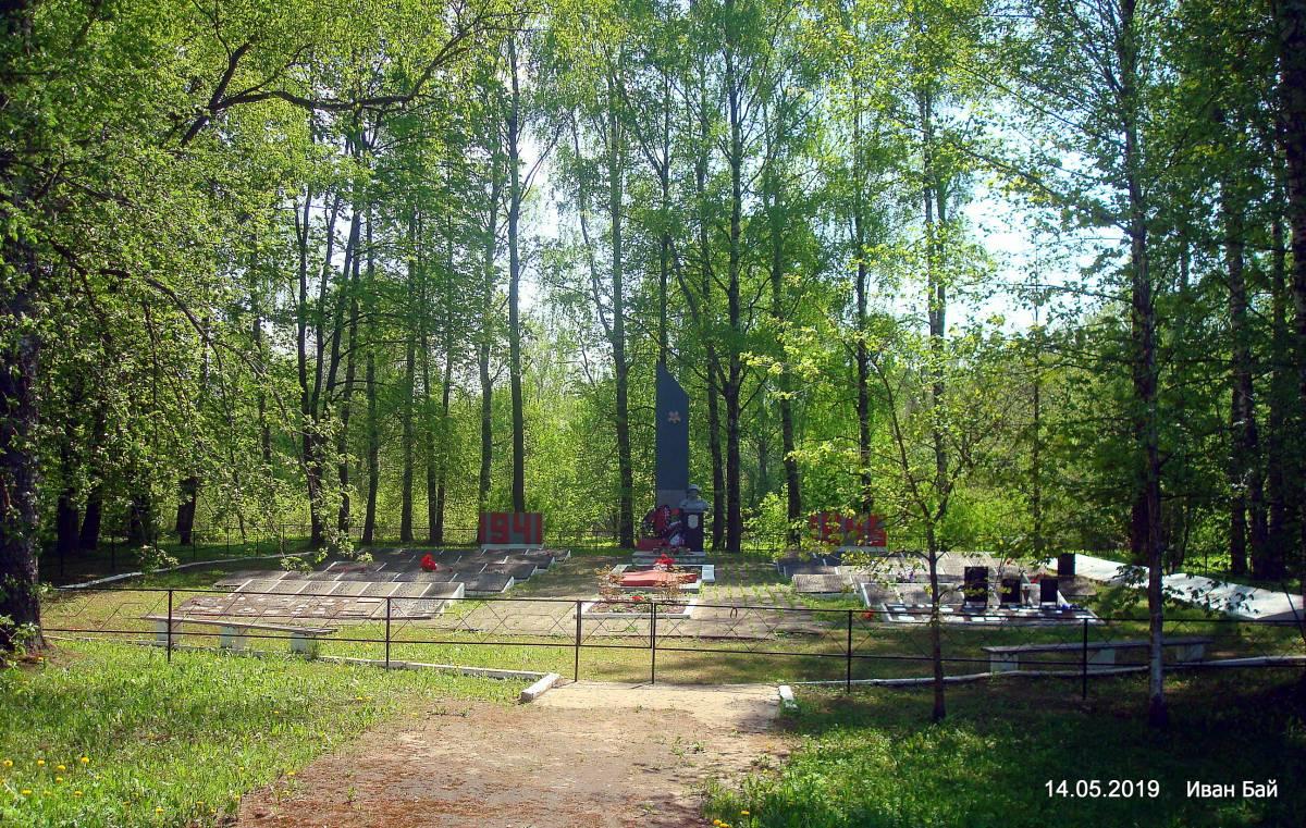 В Новых Вайханах есть два мемориала.Это первый,на нём много перезахороненых из других захоронений.Фамилии идут не по порядку и не по алфавиту.Придётся пересматривать все
