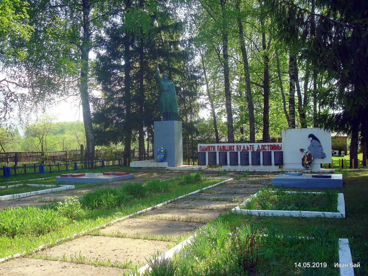 А это общий вид второго мемориала.По словам местных жителей,здесь стоял военно-полевой госпиталь и умерших хоронили здесь