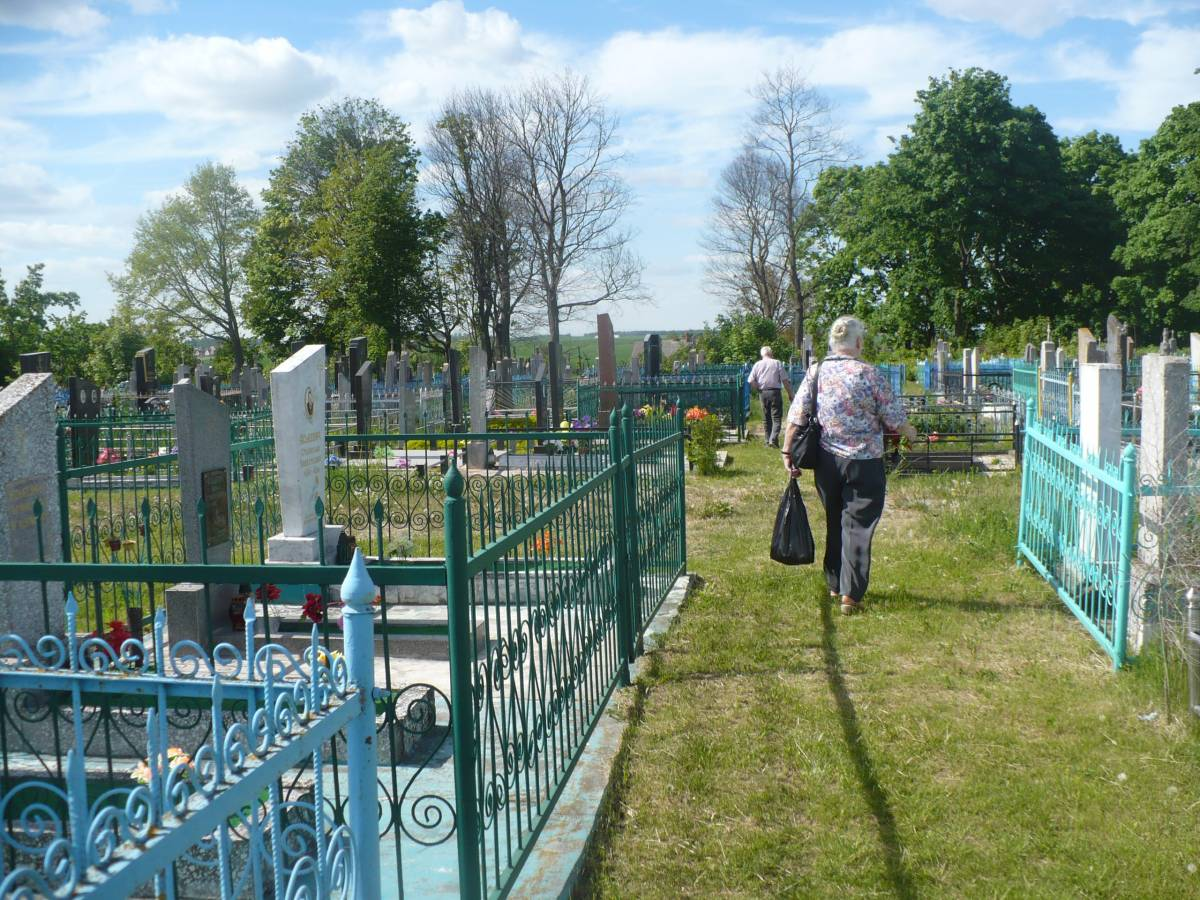 XX wieczna czкњж cmentarza, tu pochowani s№: babcia Jadwiga, stryj Kazimierz i jego їona Wiera