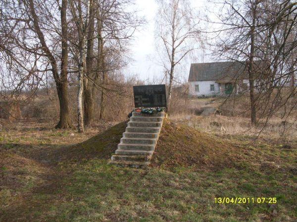 Братская Могила не соответствует исторической действительности. <br>Умерших воинов хоронили на обще деревенском кладбище<br><br>фото от 13.04.2011 года