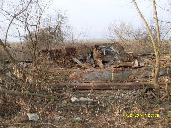 здесь был дом семьи<br>Сидоренко Исака Яковлевича <br>фото от 13.04.2011 года