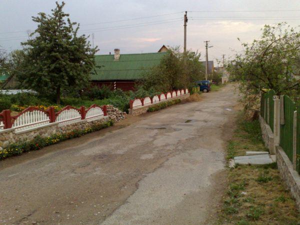 Ulice miasta z charakterystycznymi dla całej Białorusi betonowymi płotami
