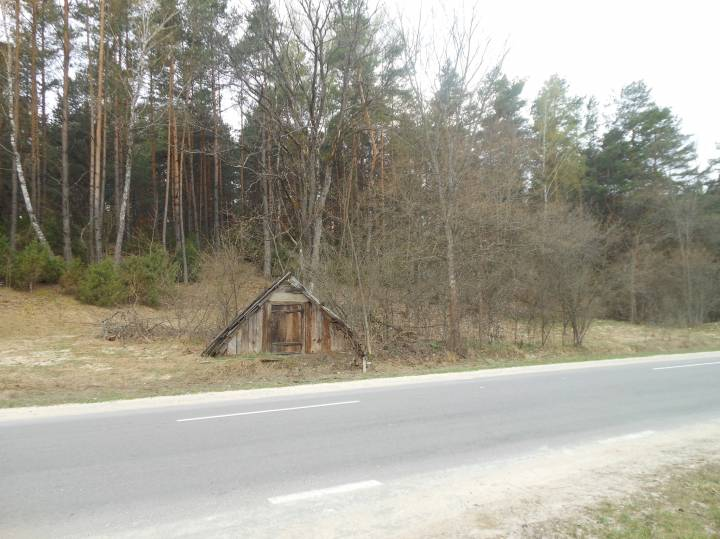 старый склеп при дороге