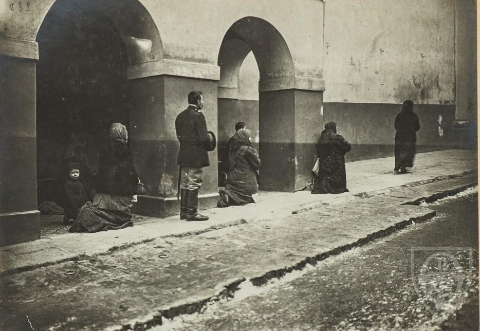Фотограф Ст. Дзиковский.<br>Перед Острой брамой.