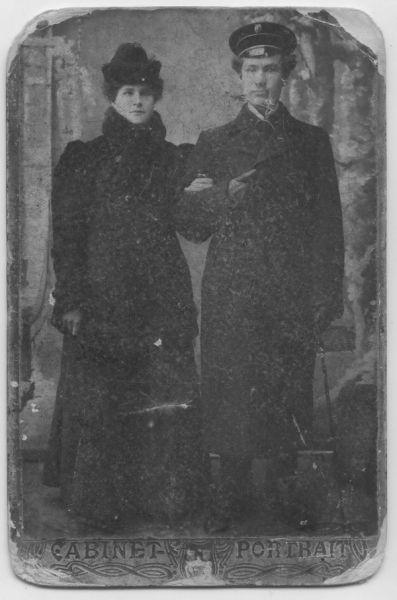 1904г. г.Дисна. Качан (Мяделец) Стефанида Петровна с братом. Фотоснимок сделан приезжим фотографом из Вильно.